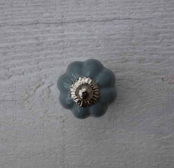 Bild von Möbelknopf Blume graublau pastell