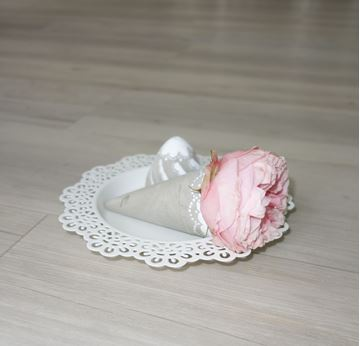 Bild von Eisbecher Blumenvase spitz aus Beton
