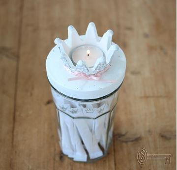 Bild von Latteglas mit Kronenlichtdeckel