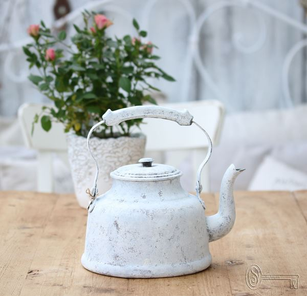 Bild von Alter crèmeweiss patinierter Teekessel